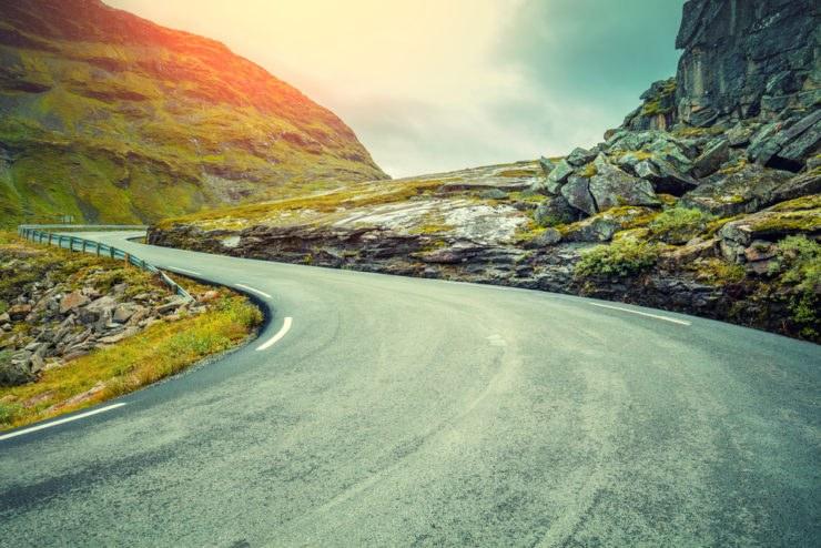 """shutterstock 606589910 740x494 - Le migliori strade """"tutte curve"""" del mondo"""