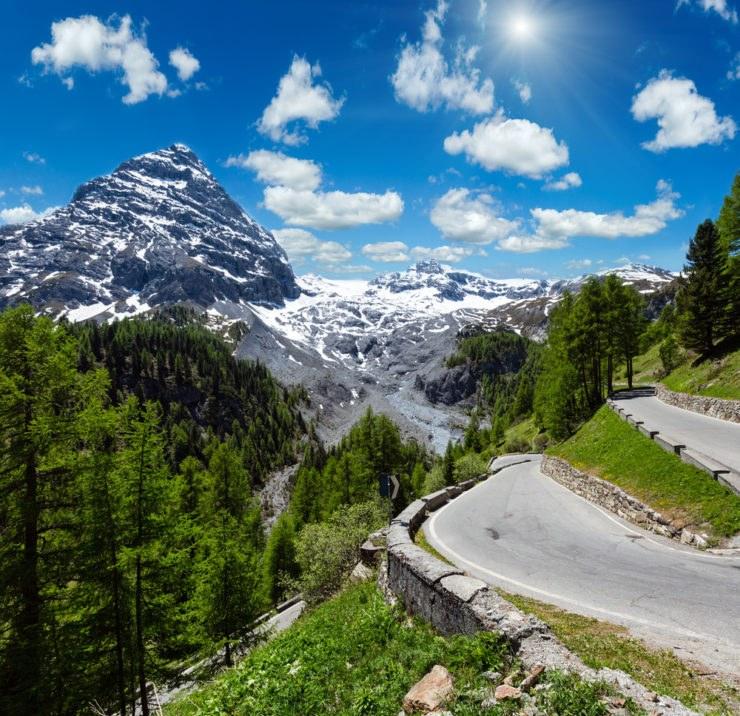 shutterstock 645359074 740x716 - Itinerari in moto sulle Alpi