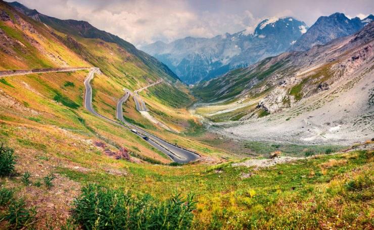 stelvio strada e panorama 740x456 - BonzoTeam, Dolomiti Marathon 2015: la scalata al Passo dello Stelvio e l'arrivo in Austria