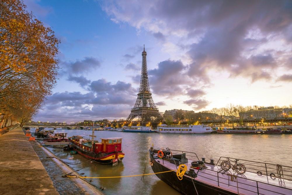 Loira in moto. Parigi