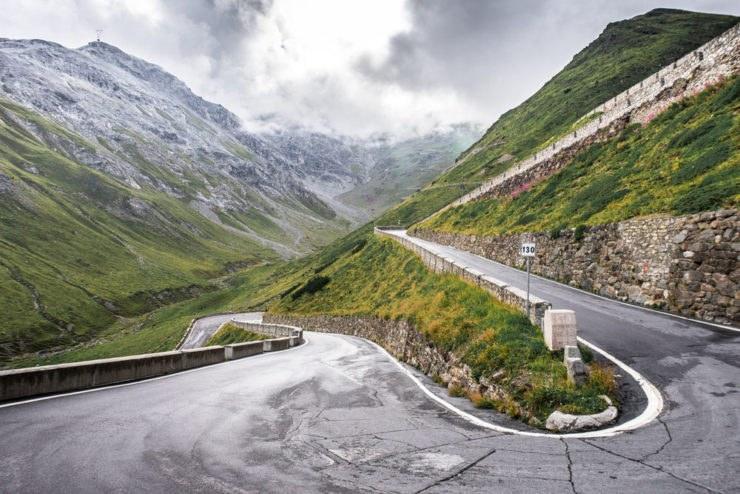 stelvio road curve 740x494 - Apertura passi alpini 2017: info utili e il calendario da sapere