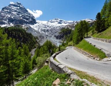 shutterstock 131875325 385x300 - Sono loro le strade più alte d'Europa da fare in moto