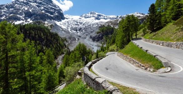 shutterstock 131875325 585x300 - Sono loro le strade più alte d'Europa da fare in moto