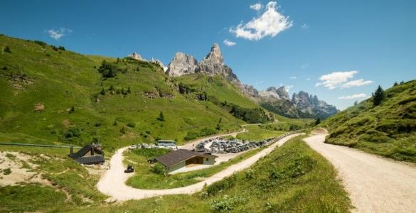 passo rolle 486554377 585x300 - I passi del Trentino in moto: dal Manghen alle curve del passo Rolle