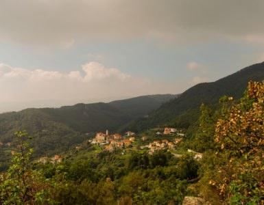 shutterstock 116003695 385x300 - La Liguria in moto: tra le curve dei passi del Faiallo e del Turchino