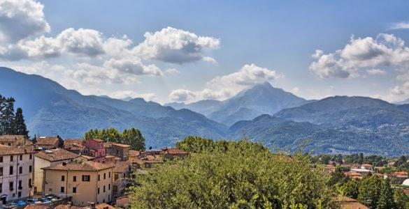 alpi apuane 585x300 - In moto per le Alpi Apuane: un itinerario tra la Toscana e la Liguria