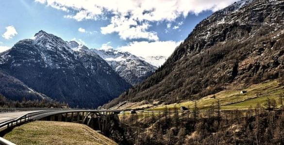 shutterstock 555241924 585x300 - Passo del Sempione in moto, itinerario di viaggio sulle Alpi