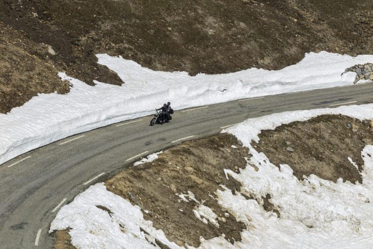 motociclista sulle alpi 740x494 - I migliori modelli di moto per il 2017