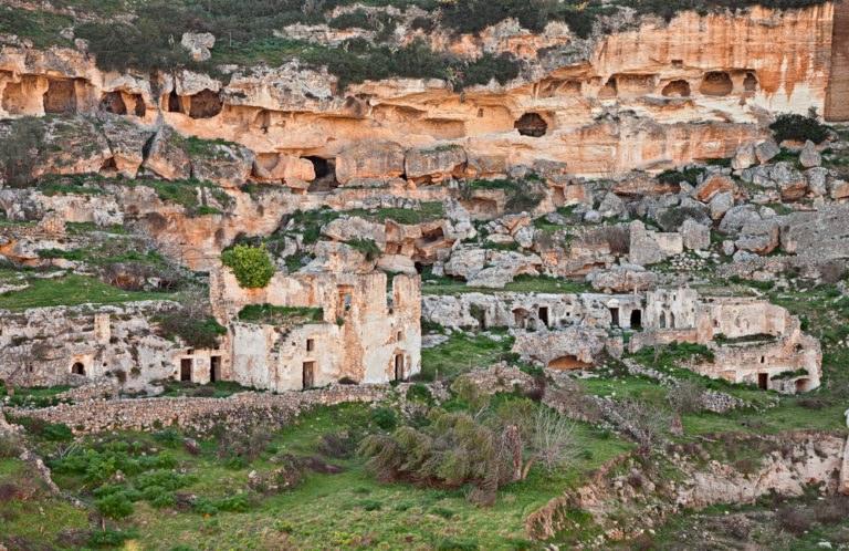 shutterstock 612642851 768x498 - Itinerario in moto in Puglia nel Parco Regionale della Terra delle Gravine
