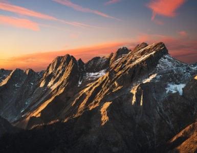 apuane shutterstock 600155573 385x300 - Dalle Alpi Apuane alla Versilia: un giorno in moto alla scoperta della Toscana