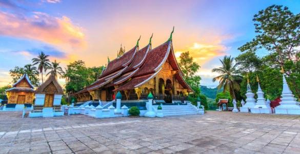 shutterstock 461958502 585x300 - Sud est asiatico: il Laos in motocicletta, tanto fango e atmosfere uniche
