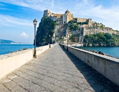 shutterstock 577902985 385x300 - Primavera 2017, idee viaggio in moto in Italia: Ischia, Abruzzo e la Strada della Futa