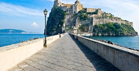 shutterstock 577902985 585x300 - Primavera 2017, idee viaggio in moto in Italia: Ischia, Abruzzo e la Strada della Futa