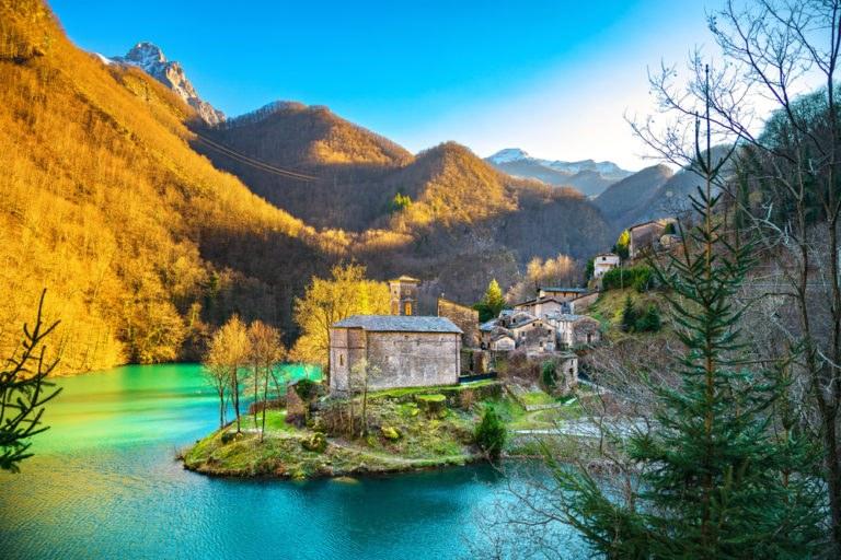 shutterstock 600922325 768x512 - Dalle Alpi Apuane alla Versilia: un giorno in moto alla scoperta della Toscana