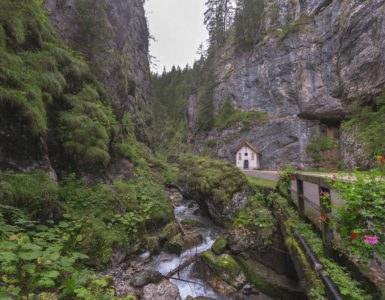 shutterstock 332324849 385x300 - Serrai di Sottoguda, moto itinerario tra la Marmolada e le Dolomiti