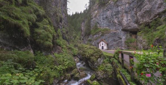shutterstock 332324849 585x300 - Serrai di Sottoguda, moto itinerario tra la Marmolada e le Dolomiti