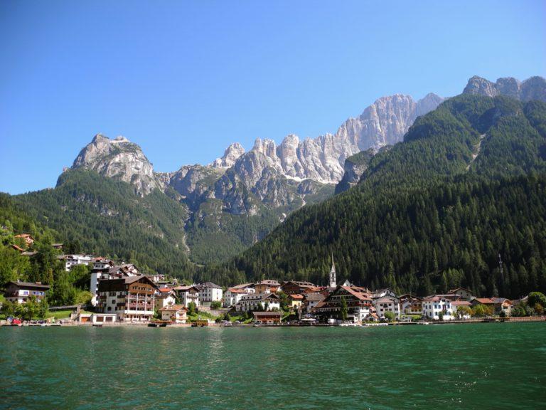 shutterstock 546454963 768x576 - Serrai di Sottoguda, moto itinerario tra la Marmolada e le Dolomiti