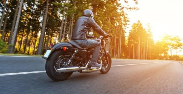 shutterstock 569117428 585x300 - #bikeinprogress - Quando il motociclismo incontra il mondo del lavoro