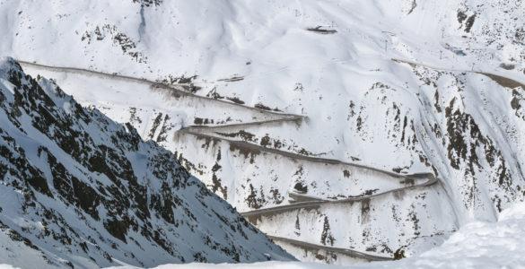 shutterstock 640082806 585x300 - Ötztaler Gletscherstraße, in moto tra i ghiacciai delle Alpi Austriache