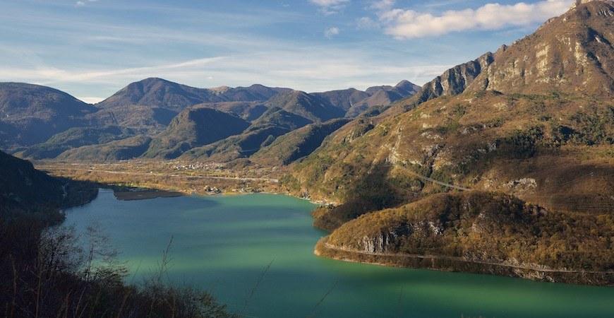 Alla scoperta del Friuli-Venezia Giulia in moto: il lago di Cavazzo