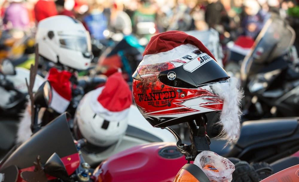 Motobabbi e motobefane: goliardia e iniziative benefiche per la moto d'inverno